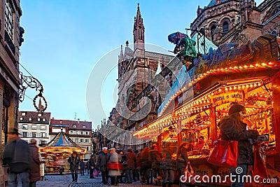 Julen marknadsför i Strasbourg Redaktionell Arkivfoto