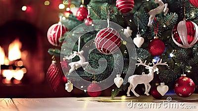 Julgran med röda bollar och hjortar lager videofilmer