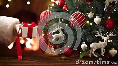 Julträd och en gåva från jultomten lager videofilmer