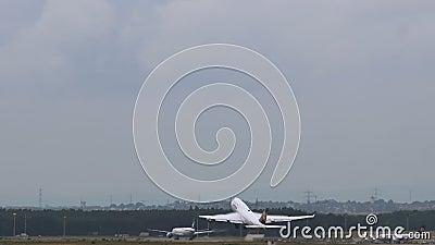 Jumbojet Boeings 747 Lufthansa-Fluglinien entfernt sich stock video