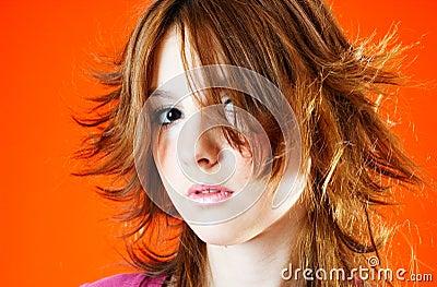 Wind blown haar eines jungen baumusters fokus auf gesicht