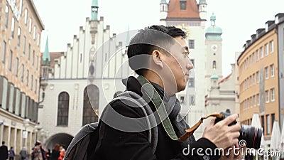 Junge asiatische Urlaubsreisende im Stadtzentrum Europas Der Mensch fotografiert am Marienplatz, München, Deutschland stock video footage