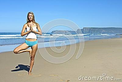 Junge blonde Frau, die Übungen tut