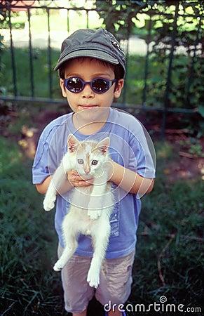 Junge, der Katze hält