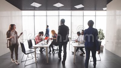 Junge erfolgreiche Geschäftsleute, die Rat geben stock video