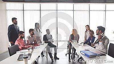 Junge erfolgreiche Geschäftsleute, die Rat geben stock footage