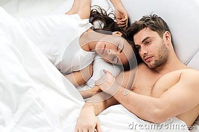 junge erwachsene paare im schlafzimmer lizenzfreies stockfoto bild 30835615. Black Bedroom Furniture Sets. Home Design Ideas