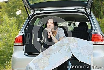 Junge Frau betriebsbereit zur Autoreise