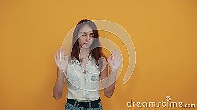 Junge Frau in blauem Denim-Hemd, die die Hände überquert und direkt aussieht stock video