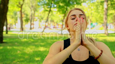 Junge Frau des mittleren Schusses, die Yoga im Park tut stock video
