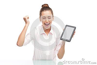 Junge Frau, die digitale Tablette anhält