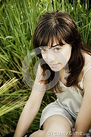 Junge Frau, die entlang der Kamera anstarrt