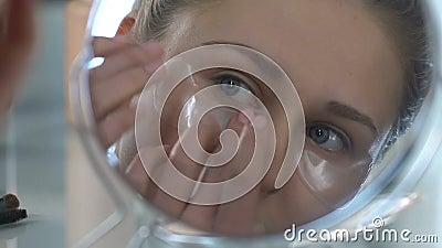 Junge Frau, die Flecken unter Augen, anhebender Effekt, Hauptbadekurorterfrischung anwendet stock video