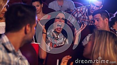 Junge Frau, die am Kino schreit