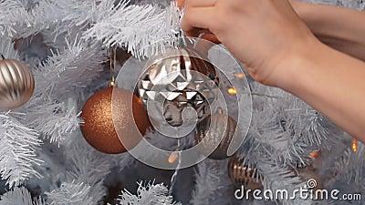 Junge Frau, die Weihnachtsbaum mit Flitter verziert Vorbereitung des neuen Jahres, Abschluss oben stock video footage