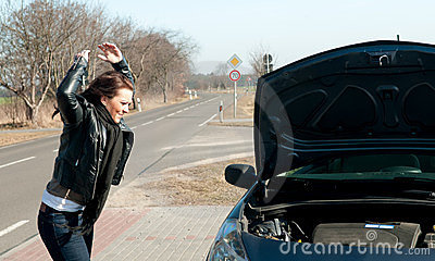 Junge Frau hat einen Autozusammenbruch
