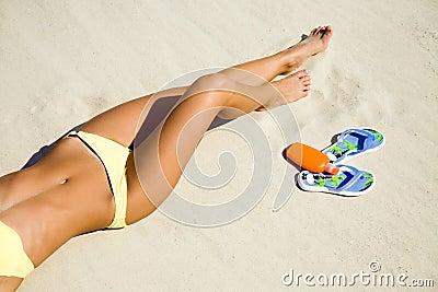 junge frau im bikini der auf dem strand sich sonnt stockfotografie bild 14742302. Black Bedroom Furniture Sets. Home Design Ideas