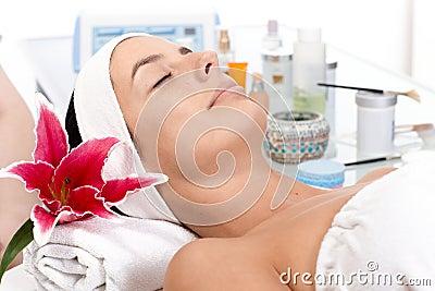 Junge Frau im Schönheitssaal