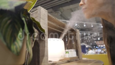 Junge Frau kauft Aroma-Öl-Diffusor im Einkaufszentrum 4K stock video footage