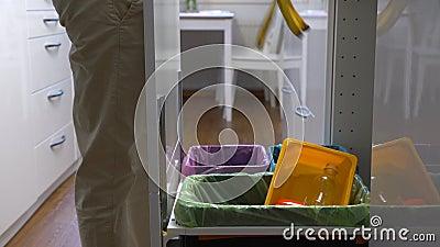Junge Frau lässt den Abfall in Küchen-Wiederverwertungs-Behälter fallen stock footage