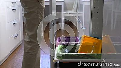 Junge Frau lässt den Abfall in Küchen-Wiederverwertungs-Behälter fallen Langsame Bewegung stock video footage