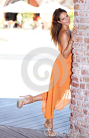 Junge Frau mit dem Fahrwerkbein hob an