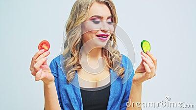 Junge Frau mit einer strengen Diät bereitet einen Salat mit frischem Gemüse zu stock video