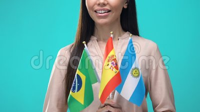 Junge Frau mit nationalen Flaggen Brasilien Spanien Argentinien, Sprachschule stock video