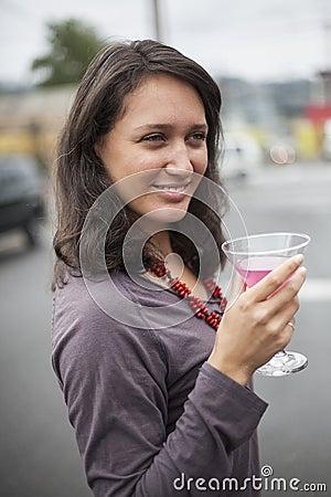 Junge frau mit sch nen gr nen augen rosa martini trinkend for Rosa augen