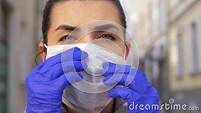 Junge Frau mit Schutzmaske in der Stadt stock video