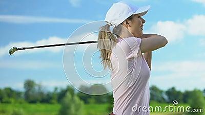 Junge Frauen trainieren am sonnigen Tag auf dem Golfplatz, glücklich mit gutem Hit stock video