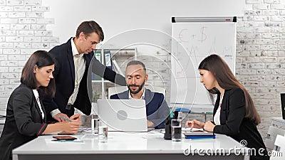 Junge Geschäftsleute, die ihre Mitarbeit als Team bei der Projektbesprechung im modernen Büro anbieten stock video footage
