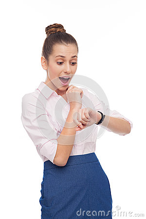 Junge Geschäftsfrau, die ihre Uhr betrachtet