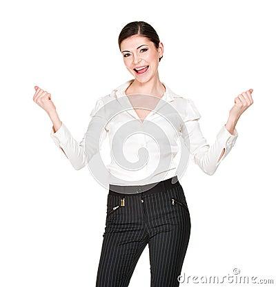 Glückliche Frau mit den angehobenen Händen oben im weißen Hemd