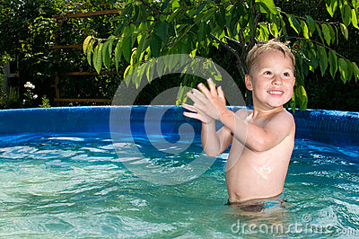 Junge im水池;水池的男孩