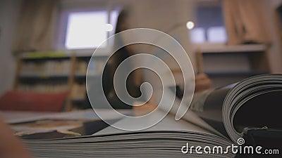 Junge Kaukasierin dreht die Seite des illustrierten Buches in der Bibliothek Schwerpunkt Buchrücken stock video footage