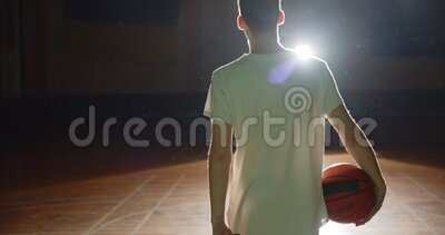 Junge kaukasische Basketballspieler bereiten sich auf den Rückblick der Dunkelheit-Silhouette-Röntgen des Lichtvertrauensballs vo stock video footage