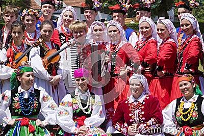Junge Leute In Der Traditionellen Ethnischen Kleidung ...