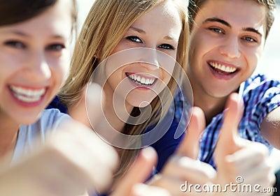 Junge Leute mit den Daumen oben
