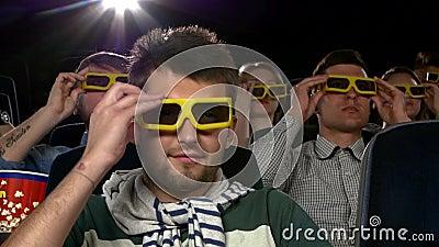 Junge Leute tragen Gläser 3D, um einen Film an aufzupassen stock video footage