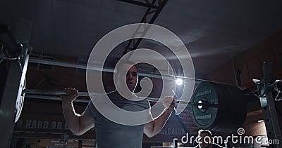 Junge Männer im Fitnessstudio stock video footage