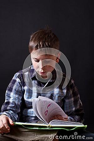 Junge mit einem Buch