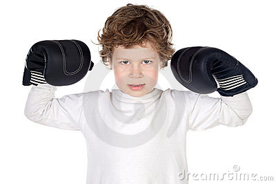 Junge mit Verpackenhandschuhen