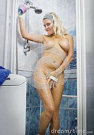 Nacktes junges jugendlich in der Dusche