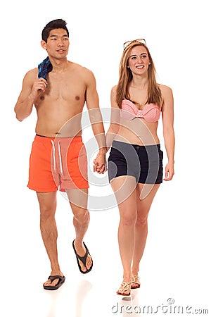 Junge Paare in der Badebekleidung