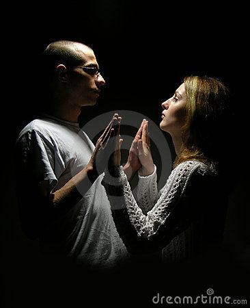 Junge Paare des Teenagers