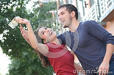 Junge Paare, die, argumentierend über Geld kämpfen