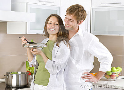 Junge Paare, die zusammen kochen