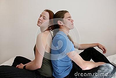 Junge Paare mit den Augen geschlossen