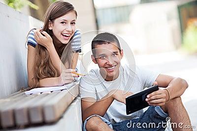 Junge Paare mit digitaler Tablette